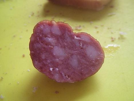 Кусочек копчёной колбасы содержит